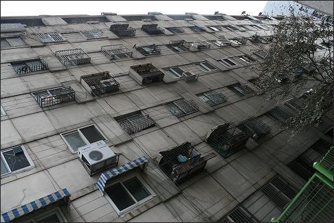 1965년 완공된 동대문 아파트, 당시 연예인들이 많이 살아 연예인 아파트로도 불렸다.
