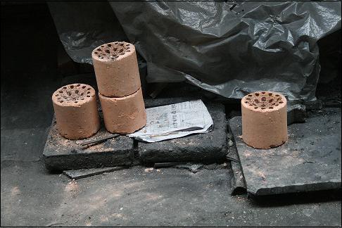 동대문 아파트에서 본 연탄재. 아직도 동대문 아파트 입주민들 중 일부는 연탄을 쓴다