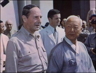 이승만 대통령과 맥아더 장군(1948. 8. 15. 대한민국정부수립기념식장에서)
