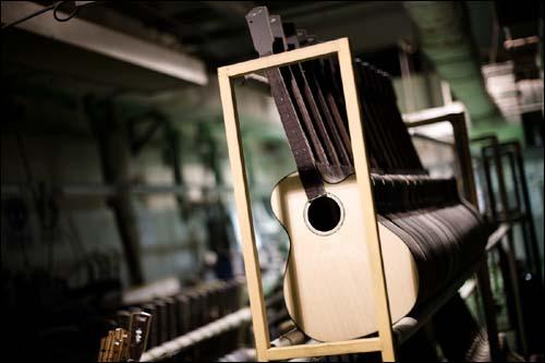 콜트-콜텍 노동자들이 만든 기타.