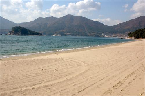 구조라해수욕장 여름철 달궈졌던 은빛 모래는 밀려오는 파도에 제몸을 식히고 있다
