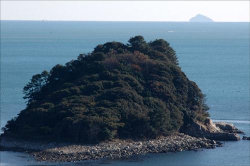 윤돌섬과 홍도 윤도령의 전설을 안고 있는 윤돌섬과 저멀리 갈매기 섬이라 불리는 홍도