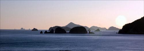 섬 다포도와 병대도가 이웃하고 있다. 저 멀리 매물도가 손짓을 하고 있다