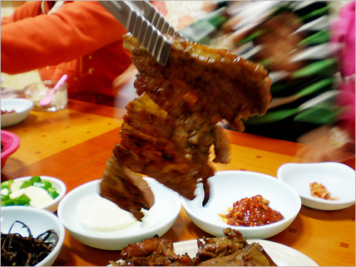 그윽한 숯불의 향과 달달한 양념이 절묘하게 어우러진 돼지갈비는 맛이 기막히다.