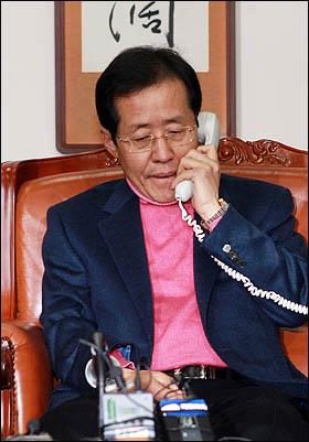 홍준표 한나라당 원내대표가 5일 국회 운영위원장실에서 민주당 원혜영, 선진과창조모임 권선택 원내대표를 기다리며 어디선가 걸려온 전화를 받고 있다.