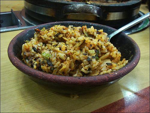 왕뼈감자탕 라면사리를 맛나게 다 건져먹고 나면 돌판 위에 밥과 김가루, 참기름을 뿌려 쓱쓱 볶아준다