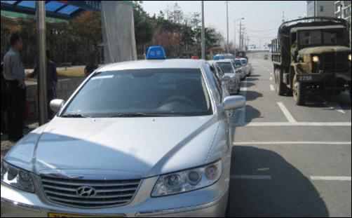 손님을 태우기 위해 기다리고 있는 택시들.