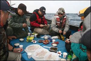 배 위에서 즐기는 대구회 만찬. 갓 낚아 올린 80cm급 대구 한 마리로 8명이 푸짐하게 입맛을 즐겼다.