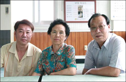 부평막국수 왼쪽부터 아들 장세택씨, 어머니 진선이씨, 아버지 장학봉씨. 시작은 황해도 막국수 였으나 어쩌면 이들이 '부평막국수'의 새로운 시대를 열어가고 있는지도 모른다. 35년 역사 앞에 힘찬 갈채를 보낼 뿐이다.