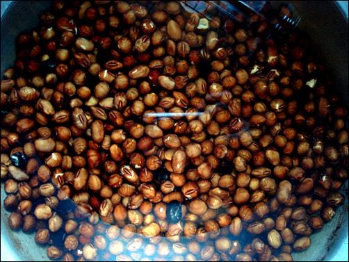묵은 콩을 물에 불렸다.
