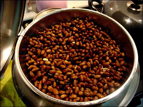 불린 콩을 이제 쪄내면 된다.