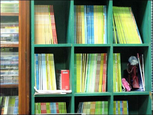 책장을 알록달록하게 만드는 PAPER 잡지들.