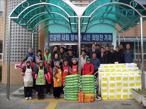 기념촬영 김장을 마무리하고 자원봉사자들과 함께 기념촬영