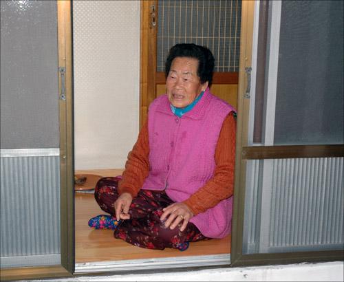 고마움 홀로 사는 진옥녀 할머니. 할머니는 김치가 맛있다고 연신 자랑이다.