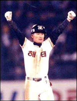 해태 왕조의 주역 데뷔 첫 해인 93년에는 7도루로, 일본진출 전해인 97년에는 3홈런으로 각각 한국시리즈 MVP에 오르기도 했다.