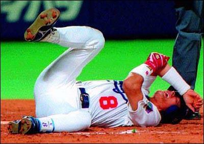 부상, 선수생활의 갈림길 1998년 6월 23일, 한신 투수 가와지리의 공이 이종범의 팔꿈치뼈를 부러뜨렸다. 한일 야구사의 작지 않은 사건이었다.