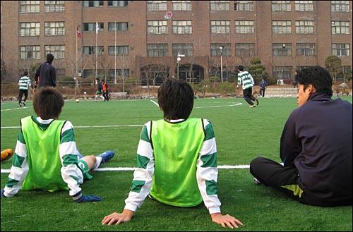 가락고등학교 축구부 선수들이 훈련중 잠시 휴식을 취하고 있다. 가락고등학교는 선수들이 운동과 공부를 병행할 수 있도록 하기 위해 평상시에는 정규수업이 끝난 후 훈련을 하고 있다. 그러면서도 가락고등학교는 올해 전국대회에서 8강에 오르는 성적을 거뒀다.