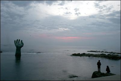 포항 호미곶 상생의 손. 매년 1월 1일이면 일출을 보려는 전국 나들이 객들이 몰린다.