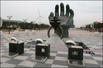 호미곶 바다 속에 있는 손은 왼손, 그 맞은 편 광장에 오른손이 있어 이 두 손을 '상생의 손'이라 부른다.