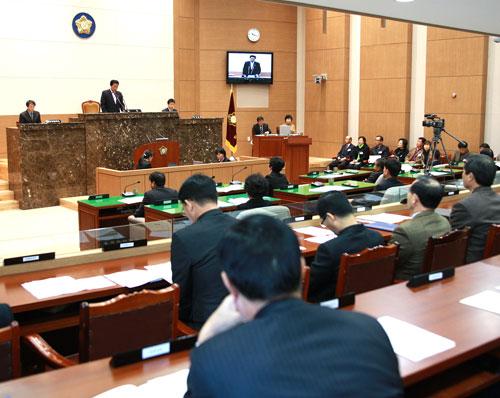 이천시의회가 지난 1월과 12월 5일 발생한 냉동 물류창고 화재 참사와 관련해 관련 법 개정을 촉구하는 건의문을 채택했다.