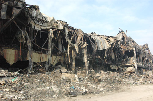 샌드위치 판넬로 건축된 물류창고에 화재가 발생, 건축물이 흉물스런 몸체를 드너내 보이고 있다.(지난 5일 발생한 이천 냉동 물류센터 현장)