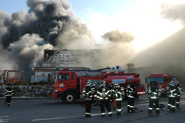 샌드위치 판넬 구조로 건축돼 지난 5일 화재가 발생하면서 7명의 사아자를 낸 이천 냉동 물류창고 화재 현장