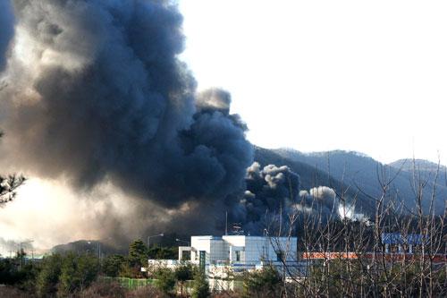지난 5일 발생한 이천 냉동 물류창고 화재로 시커먼 연기가 하늘을 뒤덮고 있다 (중부고속도로 서이천IC 진출입 도로에서 촬영 장면)