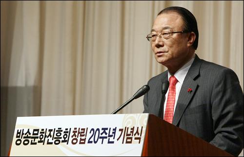 최시중 방송통신위원장이 이 19일 서울 여의도 63빌딩에서 열린 방송문화진흥회 20주년 기념식에서 축사를 하고 있다.