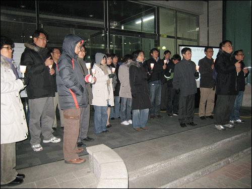 김이태 박사 지키기 촛불문화제  12월 19일 금요일 저녁, 한국건설기술연구원 건물 현관 앞에서 열린 '김이태 박사 지키기 촛불 문화제에 참여한 연구원, 시민들이 김이태 박사의 말을 경청하고 있다.