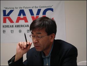유권자센터에서 업무를 보고 있는 김동석 소장