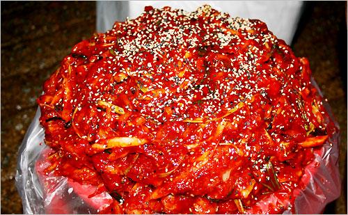 발그레하니 때깔고운 홍어회무침의 알싸한 향기가 침샘을 자극한다.