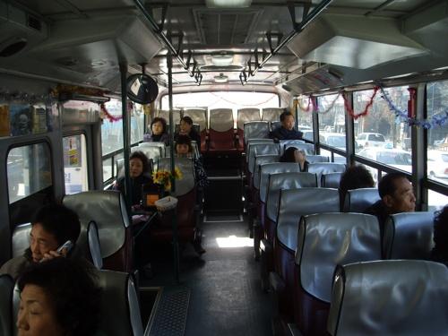 """""""산타버스"""" 내부. 태영버스 1004번 부산71자 3682호에서 촬영했으며 각종 크리스마스 관련 장식들로 꾸며져있다."""