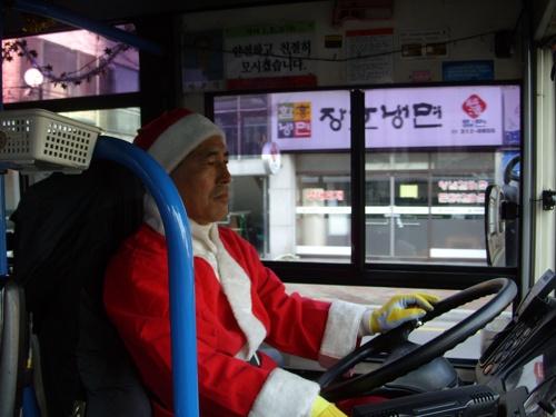 """가야IBS에서 김해 21번 """"산타버스""""를 운행한 이재식 기사."""