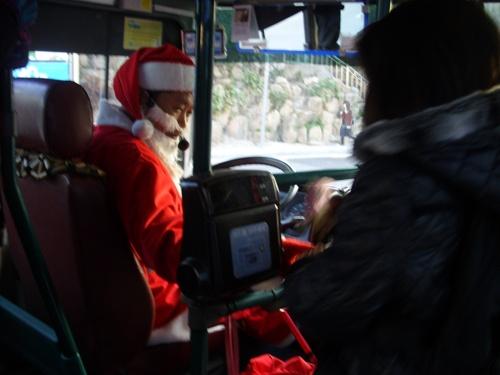선물 받아가세요~ 부산에서 70번을 운행하고 있는 김이순 기사가 어린이ㆍ초등학생 승객들에게 크리스마스 선물을 나눠주고 있다.