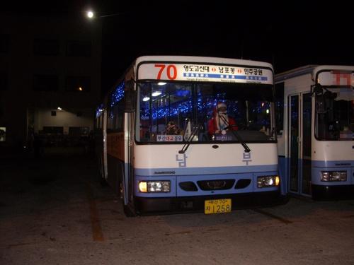 이번 크리스마스는 산타버스와 함께!! 부산 70번 부산70자 1258호 모습. 이 차량의 특징은 화려한 장식이 특징이다.