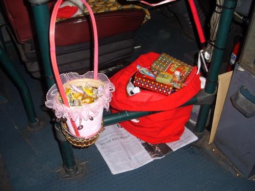 어린이 승객들에게 주기 위한 선물보따리와 학생 및 성인 승객들에게 제공하기 위한 사탕들