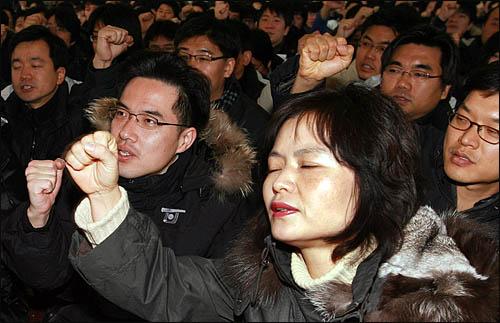 MBC, SBS 등 방송사들이 26일부터 한나라당의 신문법, 방송법 등 7개 미디어 관련 법안에 반발하며 무기한 총파업에 돌입한 가운데 26일 오전 여의도 MBC 본사에서 열린 '7대 언론악법 저지 조중동 재벌 방송 저지를 위한 총파업' 집회에 언론노조 MBC지부 조합원들이 참여하고 있다.