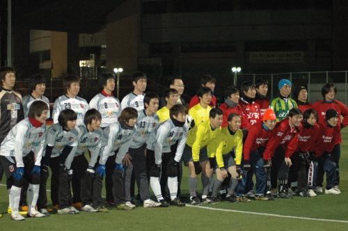 부천 FC 1995(왼쪽 흰 유니폼)와 옛 부천 FC(오른쪽 붉은 유니폼) 선수들의 경기 직전 기념 촬영