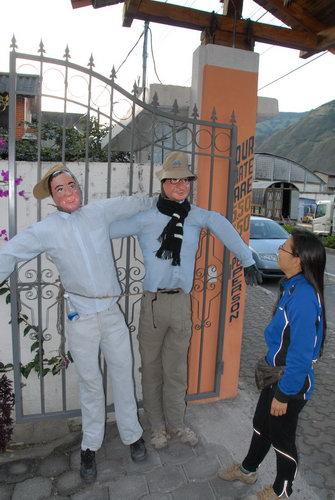 사람을 태우려고 하나디, 끔찍한 풍습이네요. 관광객 모습으로 장식한 인형을 만들어 호스텔 문에 달았다.