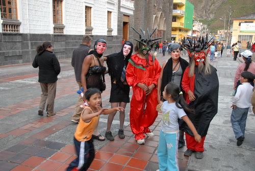 거리의 공연  이상한 가면을 쓴 사람들이 새해를 맞을 준비를 하고 있다