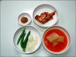 뼈다귀해장국 밑반찬, 무깍두기, 배추김치, 풋고추, 양파, 그리고 된장