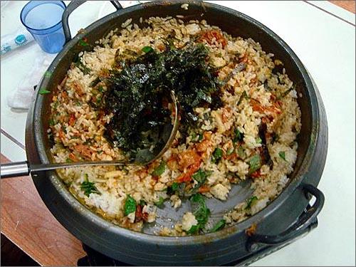 볶음밥 감자탕을 알뜰하게 챙겨먹는 마지막 순서는 김치와 김을 듬뿍 넣어 만든 볶음밥이다.