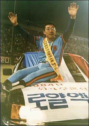 1984년, 한국시리즈 MVP 1,3,5,7차전 완투(3승 1패)와 6차전 구원승(5이닝 무실점). 84년 한국시리즈에서 최동원은 글 몇 줄 만으로도 읽는 이의 숨이 턱턱 차오르게 만드는 전설을 만들어냈다.