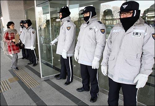 쟁점법안 처리를 위한 여야의 최종협상이 결렬되어 국회의장의 질서유지권이 발동된 가운데 31일 오전 서울 여의도 국회 국회의사당 후문에서 경찰병력이 배치되어 출입통제를 하고 있다.