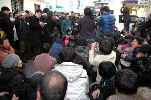 선거법 위반 혐의로 기소되었던 민주노동당 대표 강기갑 의원이 31일 오후 창원지방법원 진주지원에서 벌금 80만원을 선고받은 뒤 지지자들을 향해 소감을 밝히고 있다.