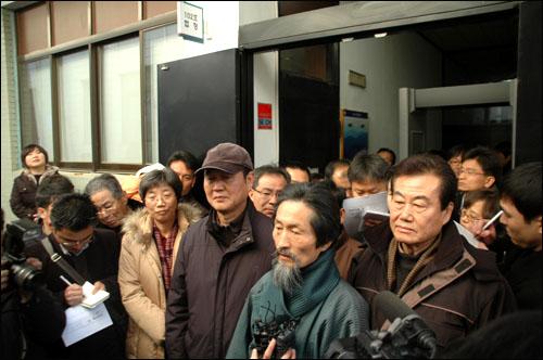 선거법 위반 혐의로 기소되었던 민주노동당 대표 강기갑 의원이 31일 오후 창원지방법원 진주지원에서 벌금 80만원을 선고받은 뒤 법정 앞에서 소감을 밝히고 있다.