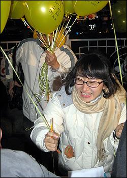 일제고사 관련 가정통신문을 발송했다는 이유로 해직당한 설은주 교사가 31일 밤 종로 보신각 앞에서 시민들에게 풍선을 나눠주고 있다.