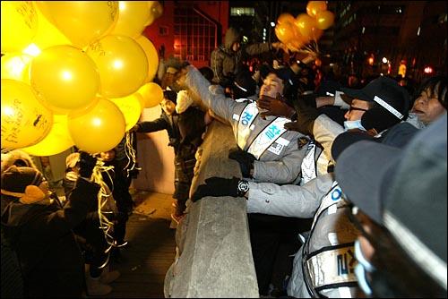 31일 밤 서울 종로 보신각 부근 평화박물관앞에서 전교조가 문화제를 위해 준비한 노란풍선을 경찰이 뺏어가고 있다. 경찰은 풍선을 뺏어 터뜨리거나 하늘로 날려보냈다.