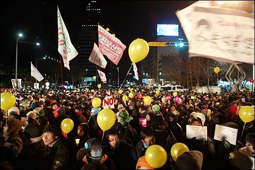31일 밤 새해 보신각 타종식이 열리는 서울 종각 네거리에 모인 시민들이 '이명박 퇴진' '아듀 2008 아듀 MB' '방송장악 저지' 등을 외치고 있다.