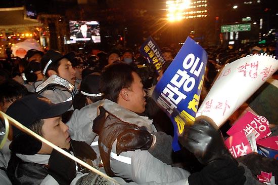 31일 밤 새해 보신각 타종식이 열리는 서울 종각 네거리에 모인 시민들이 보신각쪽으로의 이동을 막는 경찰과 몸싸움을 벌이고 있다.
